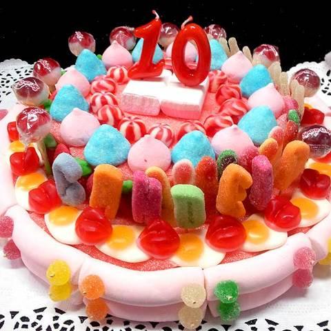 Pastís d'aniversari amb nom i espelmes